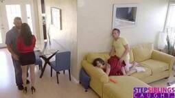 Gozada intensa em uma novinha que aceitou foder no sofá