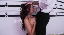 Porno online tirando a rola para fora das calças para a morena devorar