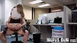 Porno tubi com uma garota que estava se masturbando no escritório