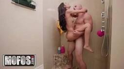 Sexo quente no banheiro com enteada e padrasto