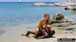 Xvidoes com br loira sentando com tudo na pica do negão no meio da praia deserta