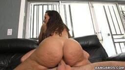Buttman peituda maravilhosa rebolando no pênis