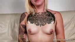 Novinha de piercing nos peitos transando com namorado