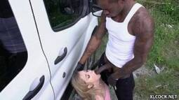 Novinha foi pro mato fazer sexo com negão