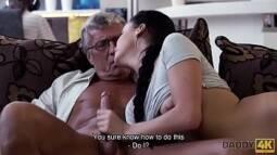 Pai comendo a própria filha no video porno