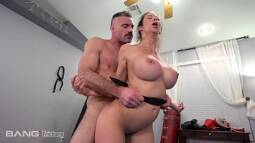 Porno total ninfetinha siliconada tomando socadão no fundo da perereca